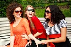 härligt gyckel som har att skratta tre kvinnor Arkivfoton