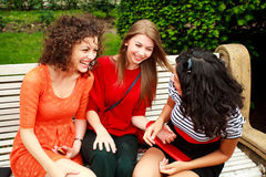 härligt gyckel som har att skratta tre kvinnor Royaltyfri Fotografi