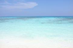 Härligt hav för klart vatten på den Tachai ön, Phang Nga Thailand Royaltyfri Foto
