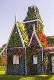 Härligt hus för bakgrundslandskap av blommamirakelträdgården, Dubai Royaltyfri Foto