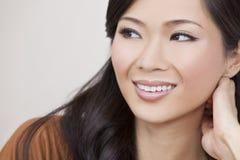 Härligt kinesiskt orientaliskt asiatiskt le för kvinna Arkivbilder