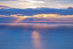Härligt landskap med moln och solstrålar Arkivbilder
