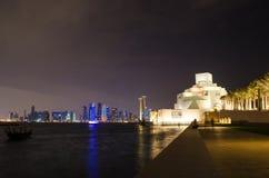 Härligt museum av islamisk konst i Doha, Qatar på natten Arkivbild