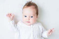 Härligt nyfött behandla som ett barn flickan på en vit filt Arkivfoton