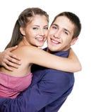 härligt omfamna för par som är lyckligt Arkivfoton