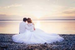 härligt parbröllop Arkivfoton