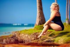 Härligt plus formatkvinna tyck om liv på sommarsemester Arkivfoton