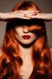 Härligt Redhair Girl.Healthy lockigt hår. Royaltyfri Foto