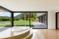 Härligt rum med bubbelpoolen Arkivfoton