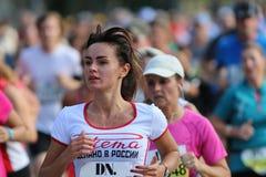 härligt running kvinnabarn Royaltyfria Bilder