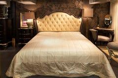 Sovrum i möblemanglager Arkivbild