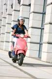 härligt sparkcykelkvinnabarn Arkivfoto