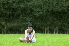 härligt öva utomhus kvinnan Fotografering för Bildbyråer