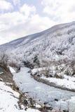 Härligt vinterberglandskap med floden från Bulgarien Royaltyfri Fotografi