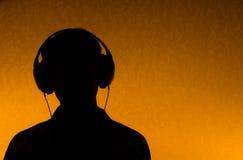 hörlurar lyssnar manmusik till Royaltyfria Bilder