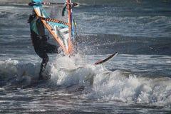 Hrough die Wellen Mädchenwindsurfen beim Atlantik/EL Medano, Teneriffa, Spanien lizenzfreie stockfotos