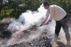 HRUSOV,斯洛伐克- 8月16 :传统服装的年轻工人做木炭在民间传说节日Hontianska Parada期间在8月 免版税图库摄影