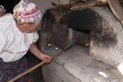 HRUSOV,斯洛伐克- 8月16 :准备新鲜面包的传统服装的资深妇女在民间传说节日Hontianska Parada期间 免版税库存图片