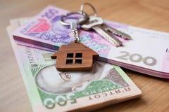 Недвижимость инвестируя концепцию Украинские hryvnia, наличные деньги или снабжение жилищем Ключи закрывают вверх стоковое изображение rf