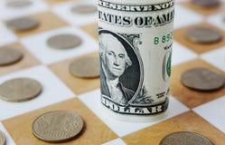 Hryvnia ucraniano no tabuleiro de xadrez Foto de Stock