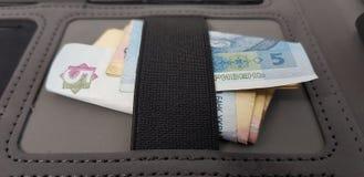 Hryvniabankbiljetten die onder elastisch verband in zwarte zak worden gevouwen royalty-vrije stock afbeeldingen