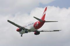 HS-AAN泰国亚洲航空着陆波音737-300  免版税库存图片