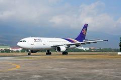 HS-TAT Airbus A300-600 de taxi de Thaiairway sur l'aéroport de Chiangmai Photos libres de droits