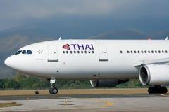 HS-TAT Airbus A300-600 do táxi de Thaiairway no aeroporto de Chiangmai Fotos de Stock Royalty Free