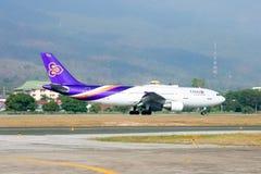 HS-TAT Airbus A300-600 do táxi de Thaiairway no aeroporto de Chiangmai Fotografia de Stock Royalty Free