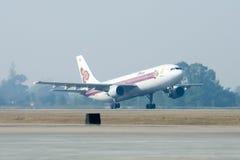 HS-TAZ Airbus A300-600 de Thaiairway decolam Imagens de Stock