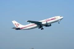 HS-TAZ Airbus A300-600 de Thaiairway decolam Foto de Stock