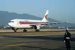 HS-TAZ Airbus A300-600 do táxi de Thaiairway no aeroporto de Chiangmai Fotografia de Stock