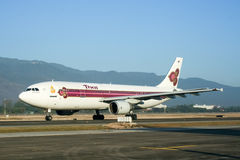 HS-TAZ Airbus A300-600 do táxi de Thaiairway no aeroporto de Chiangmai Imagens de Stock