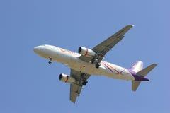 HS-TXB Airbus A320-200 mit Flügelspitze von Thaismile-Fluglinie Lizenzfreies Stockfoto