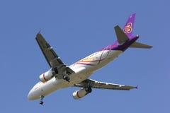 HS-TXB Airbus A320-200 mit Flügelspitze von Thaismile-Fluglinie Lizenzfreie Stockfotos