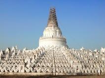 Hsinbyume白色塔在Mingun村庄 免版税库存图片