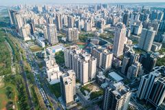 Hsinchu, Taiwan - 19. März 2018: Zhubei-Stadt-Skyline Geschäfts-Konzeptbild Asiens modernes stockbild