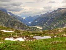 Höst i höga alpina berg Tunga dimmiga moln för mörkt maximumhandlag Förkylning- och fuktslut av dagen i fjällängar Royaltyfri Foto
