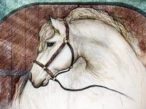 Häst i ladugårdstall Arkivbild