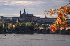 HöstCharles bro i Prague Royaltyfri Fotografi