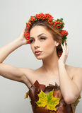Höstlig kvinna Härlig idérik makeup- och hårstil i skott för nedgångbegreppsstudio Flicka för skönhetmodemodell med nedgångmakeup Fotografering för Bildbyråer