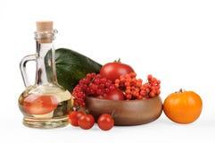 höstlivstid fortfarande Säsongen av skördzucchinin, röda och gula tomater, bär av bergaskaen och viburnumbär Arkivbild
