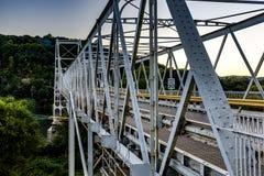 Hstoric Newell Toll Bridge al tramonto - il fiume Ohio fotografie stock libere da diritti