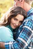 höstpar som omfamnar romantisk skogsmark Royaltyfria Foton