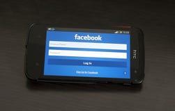 HTC欲望设备的照片,显示Facebook注册formul 免版税库存照片