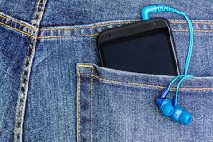HTC-mobiltelefon i ett jeansfack Arkivfoto