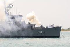 HTMS Pinklao De 413 feuert Salutsalve ab, um Leiter von Singapur-Marine zu ehren lizenzfreie stockfotografie