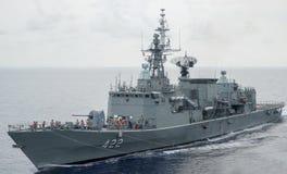 HTMS Taksin replenishs op zee met een ander Koninklijk Thais Marineschip stock afbeelding