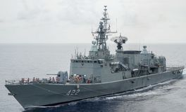 HTMS Taksin replenishs przy morzem z innym Królewskim Tajlandzkim okrętem marynarki wojennej obraz stock