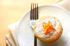 Hüttenkäsemuffin mit orange Eifer Stockfotografie